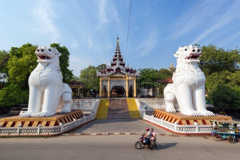 在入口的两个大雕象对曼德勒小山 免版税图库摄影