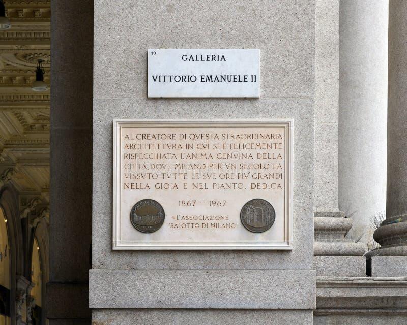 在入口的信息匾对圆顶场所维托里奥・埃曼努埃莱・迪・萨伏伊II在米兰,意大利的最旧的购物中心 免版税库存照片