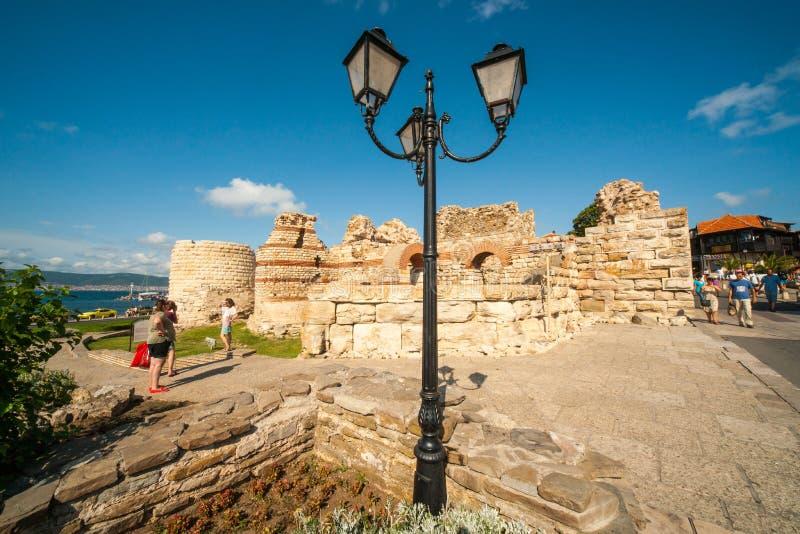 在入口的古老石墙对Nessebar,保加利亚的老部分 免版税库存图片