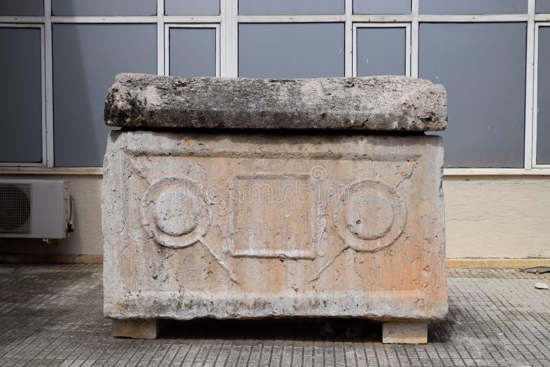 在入口的大理石石棺对安塔利亚上古博物馆  库存图片