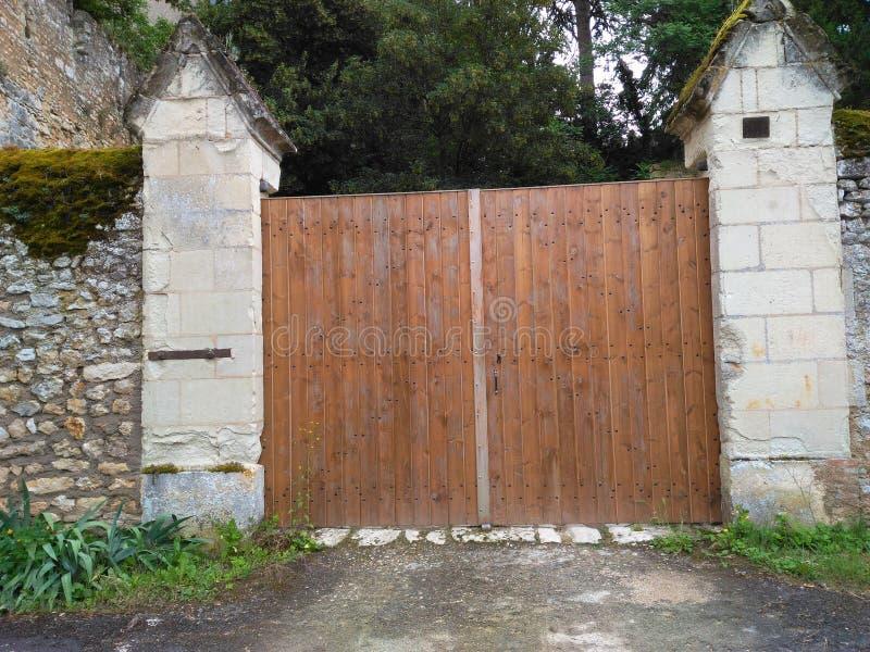 在入口的木门对XI世纪 免版税库存照片