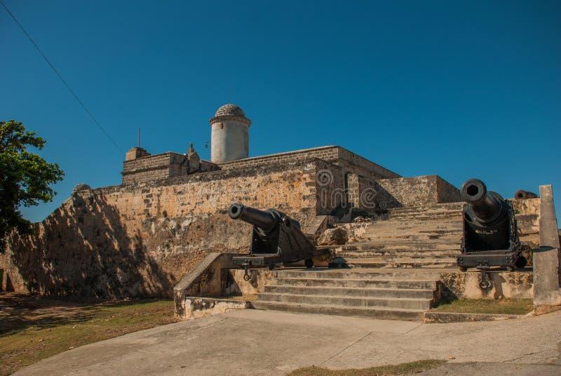 在入口的枪 卡斯蒂略de Jagua城堡的设防 老堡垒在古巴 西恩富戈斯 库存图片
