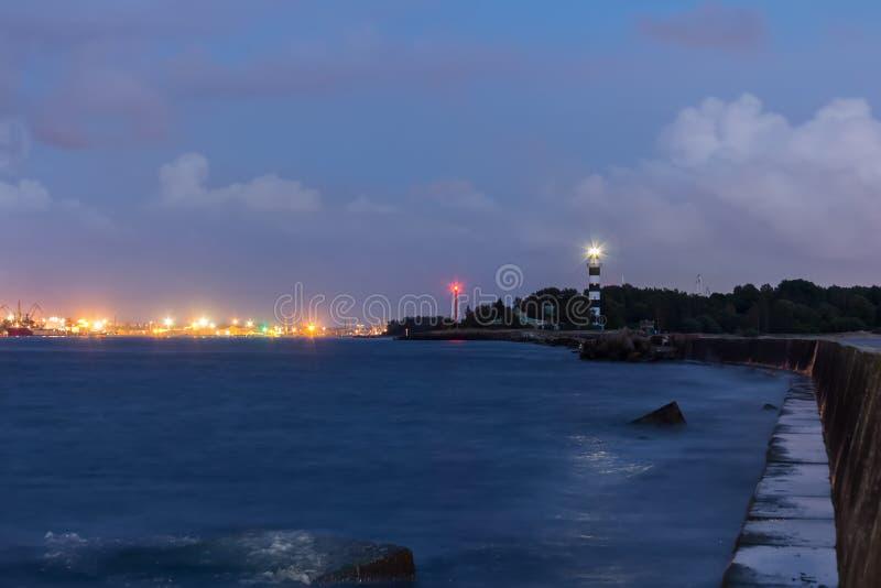 在入口的灯塔对里加港在eveni末期的 库存照片