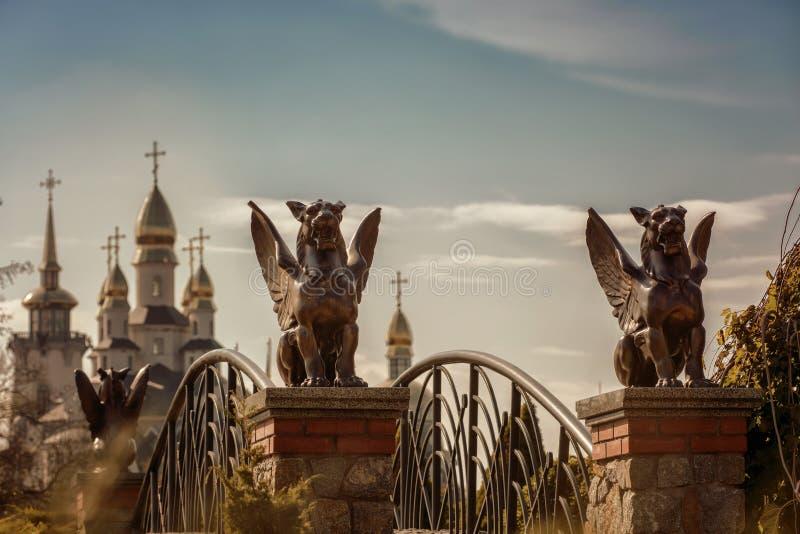 在入口的神话新来的人雕塑对桥梁 免版税库存图片