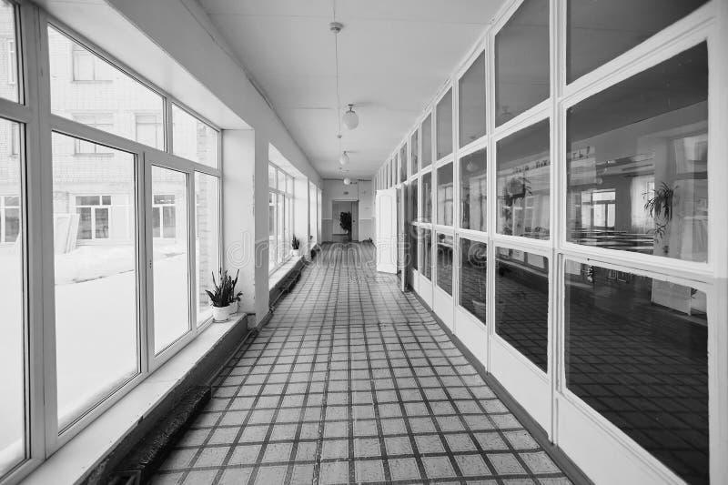 在入口走廊里面的看法、守旧派或者公寓,死角长和狭窄的走道和玻璃窗与早期 免版税库存图片