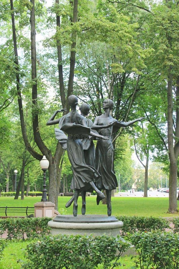 在全国学术Bolshoi附近雕刻芭蕾舞女演员在公园 库存照片