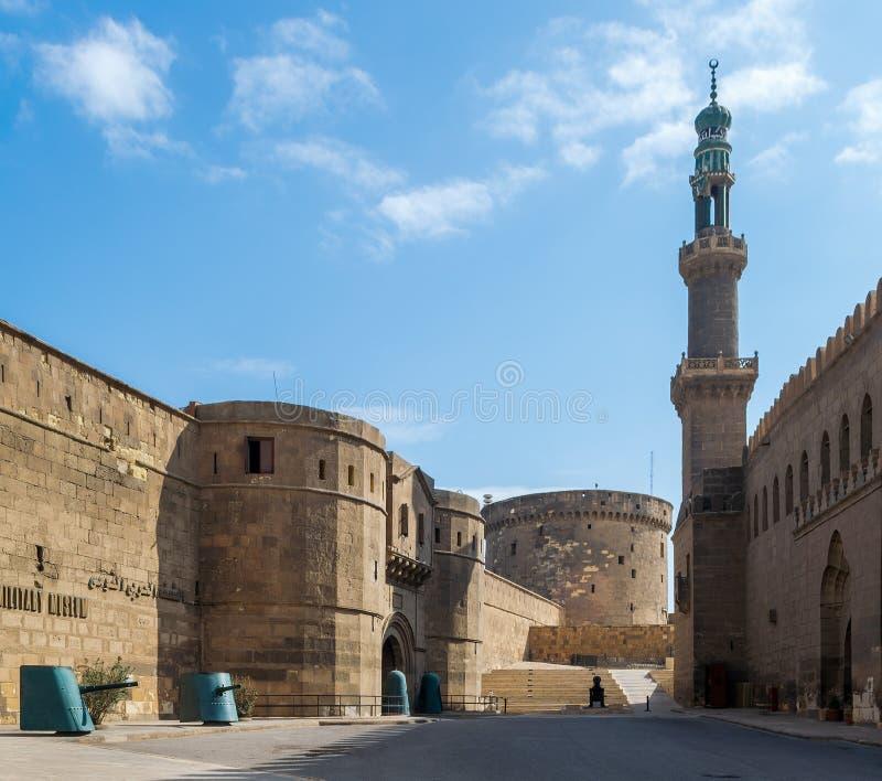 在全国赛义德之间萨里亚军事博物馆和清真寺的段落开罗,埃及城堡的  图库摄影