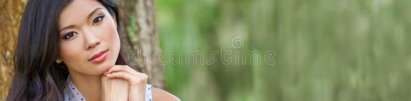 在全景之外的美丽的中国亚裔年轻女人女孩 免版税库存图片