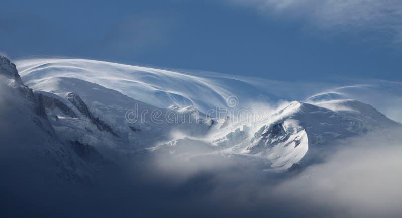 在全景冬天季节的雪自然 库存图片