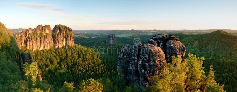 在全景的锋利的Schramsteine和Falkenstein岩石 岩石在易北河砂岩山公园 免版税库存图片