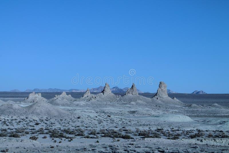 在全景行的天然碱石峰 免版税库存照片