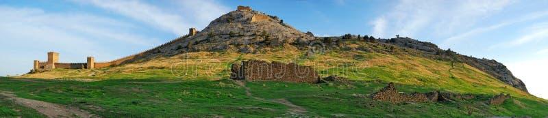 在全景sudak视图里面的克里米亚堡垒 免版税库存照片