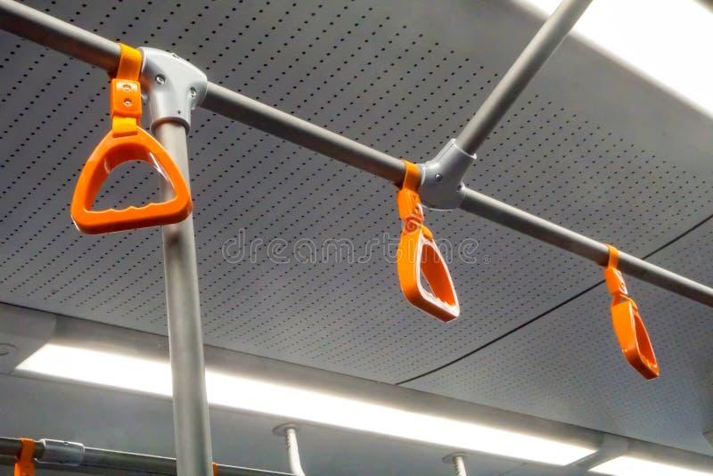 在公共汽车地铁的橙色扶手栏杆 库存照片