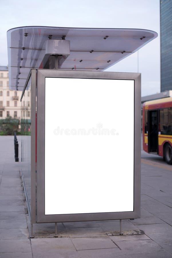在公共汽车站的空白的广告牌 免版税库存照片