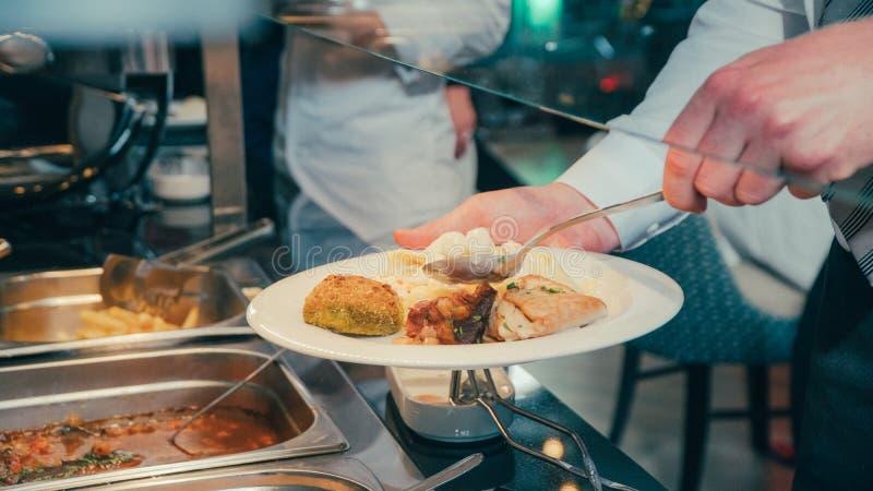 在公司事件期间,企业承办酒席人采取自助餐食物 库存图片