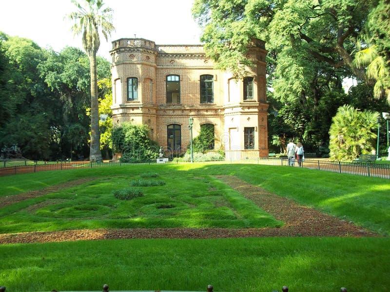 在公园中间的议院 库存照片