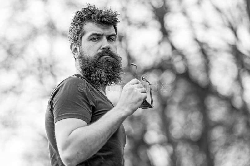 在公园侧视图,活跃生活方式概念的年轻肌肉有胡子的人身分 有蓝眼睛离开的帅哥 免版税库存照片