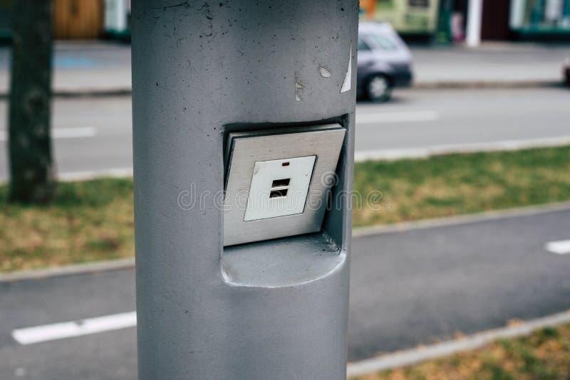 在公园充电您的从太阳电池板的智能手机 免版税库存图片