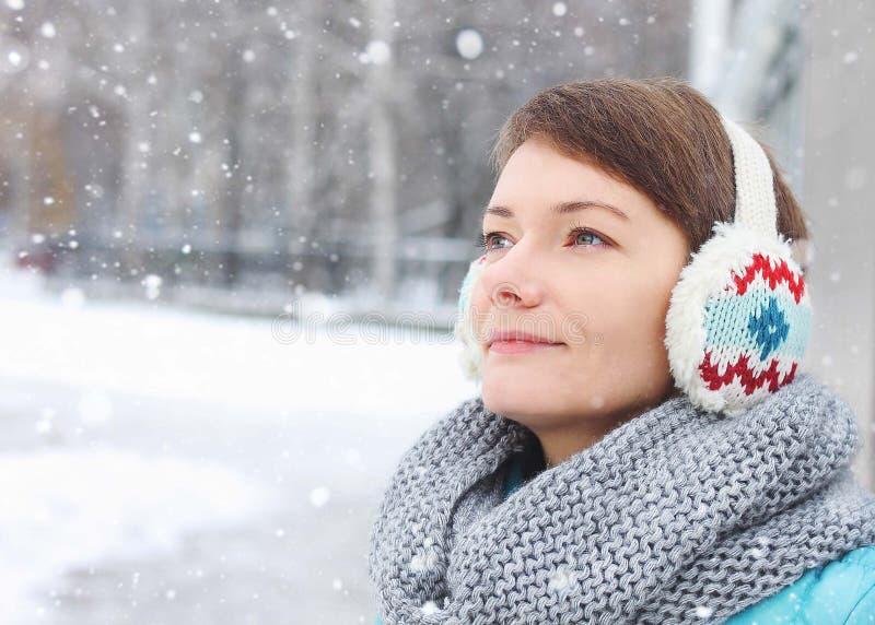 在公园冬天冰雪之外的妇女孩子 免版税库存照片