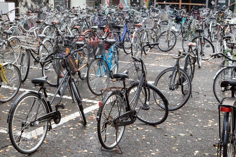 在公园区域的自行车停车处 库存照片