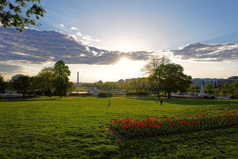 在公园和华盛顿纪念碑的引人入胜的看法 免版税库存图片