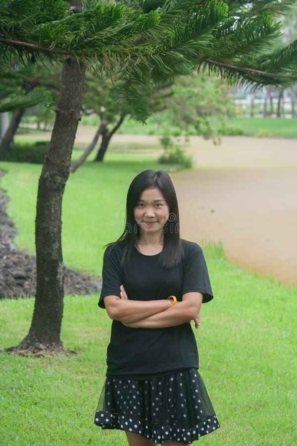 在公园射击亚裔妇女画象  库存图片