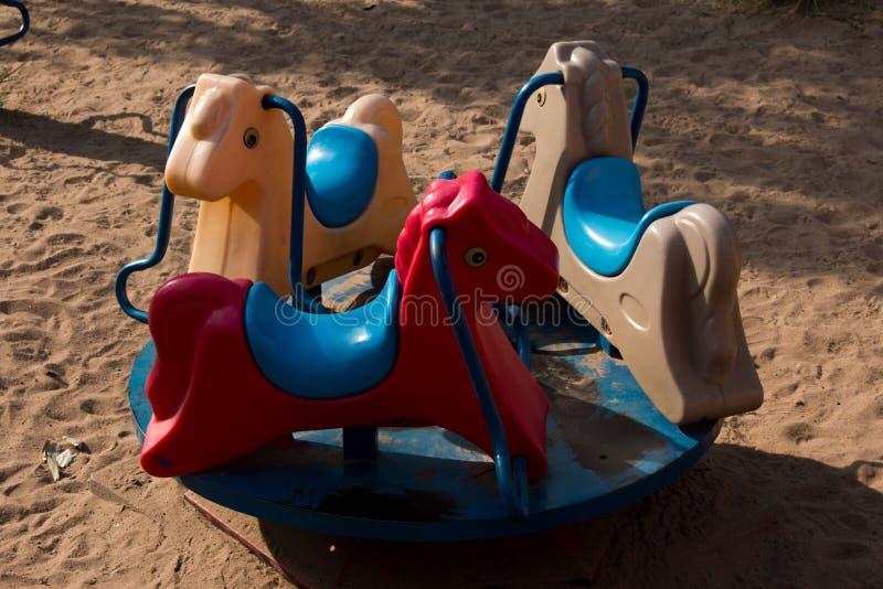 在公园摇马的春天跷跷板 免版税库存照片