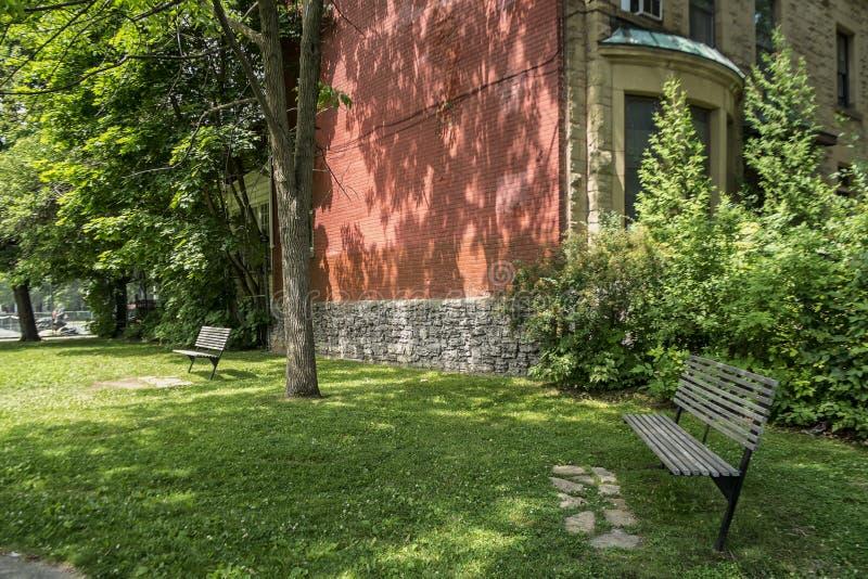 在公园旁边的老砖房子 库存照片