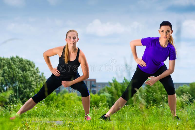 在公园炫耀室外-做健身的少妇 库存图片