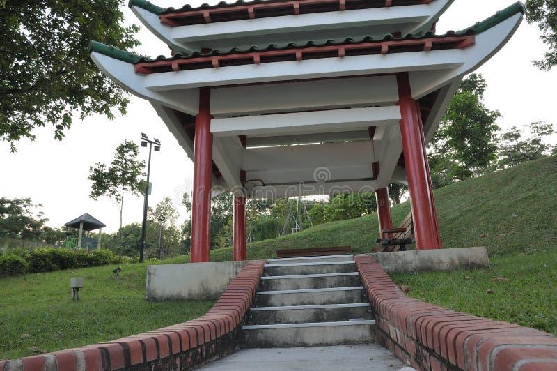 在公园的一个东方亚洲样式亭子小屋 免版税图库摄影