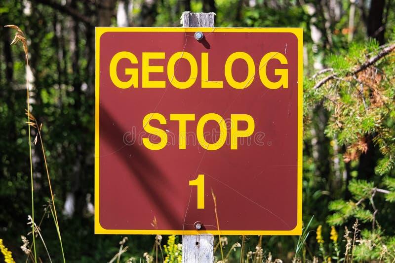 在公园的一个Geolog停车牌 免版税库存照片