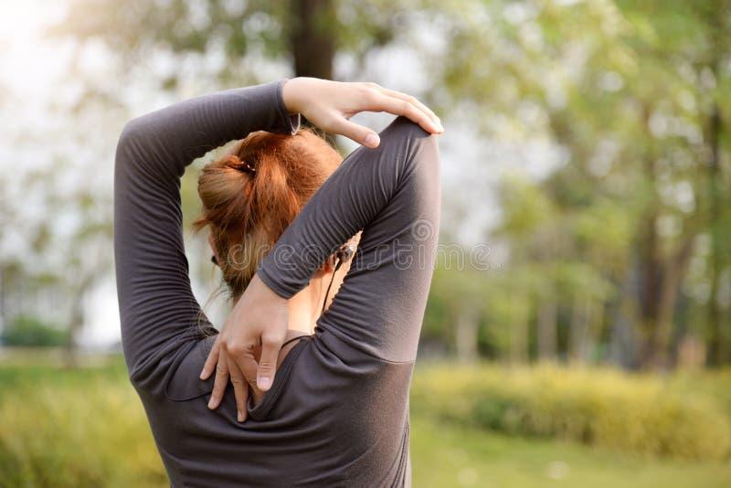 在公园的亚洲女性锻炼 免版税库存图片