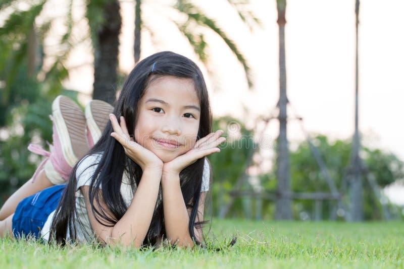 在公园的亚裔小女孩 免版税库存图片