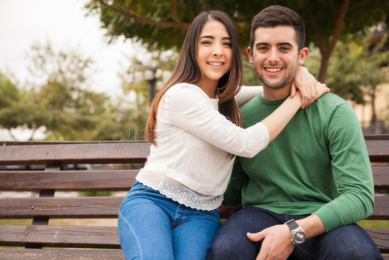 在公园的俏丽的西班牙年轻夫妇 库存图片