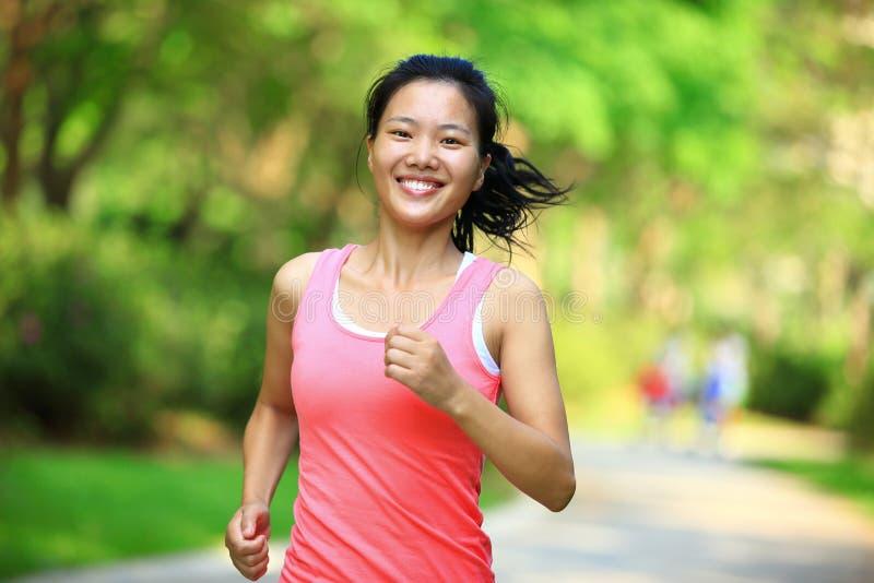 在公园的健康妇女赛跑者 库存照片