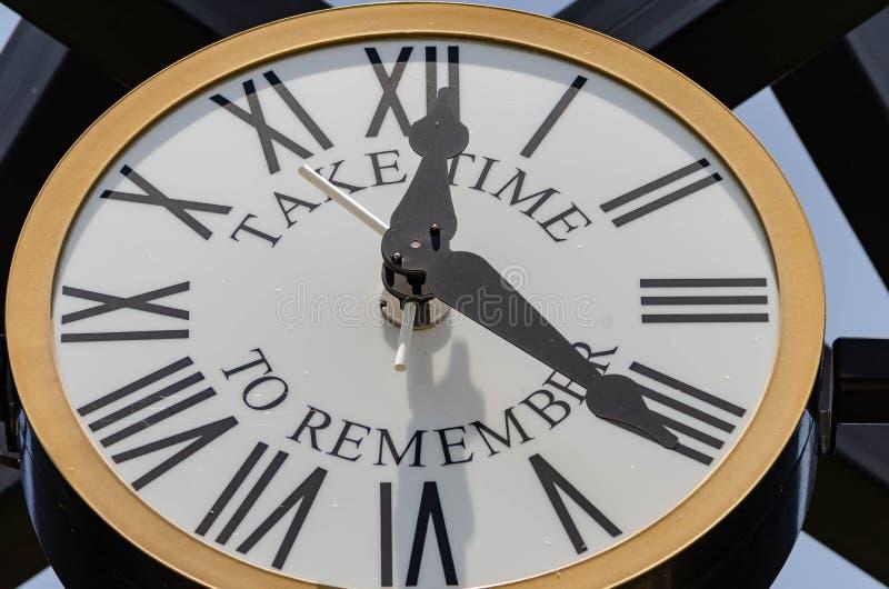 在公园的室外时钟 免版税库存照片