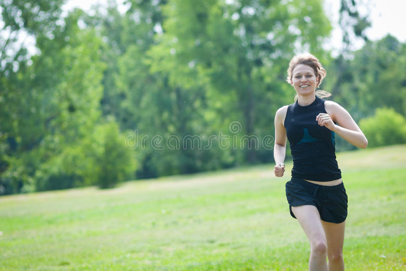 在公园的少妇奔跑 免版税图库摄影