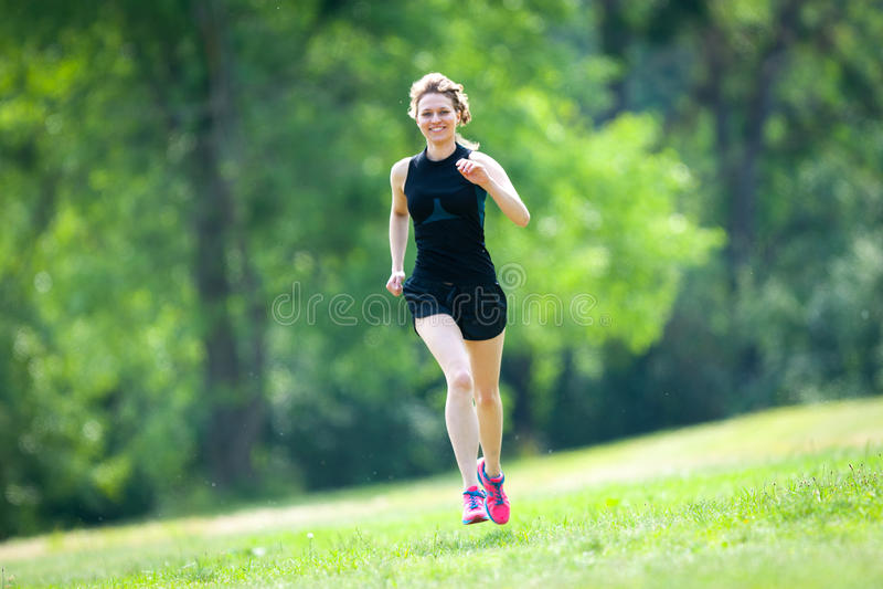 在公园的少妇奔跑 库存图片