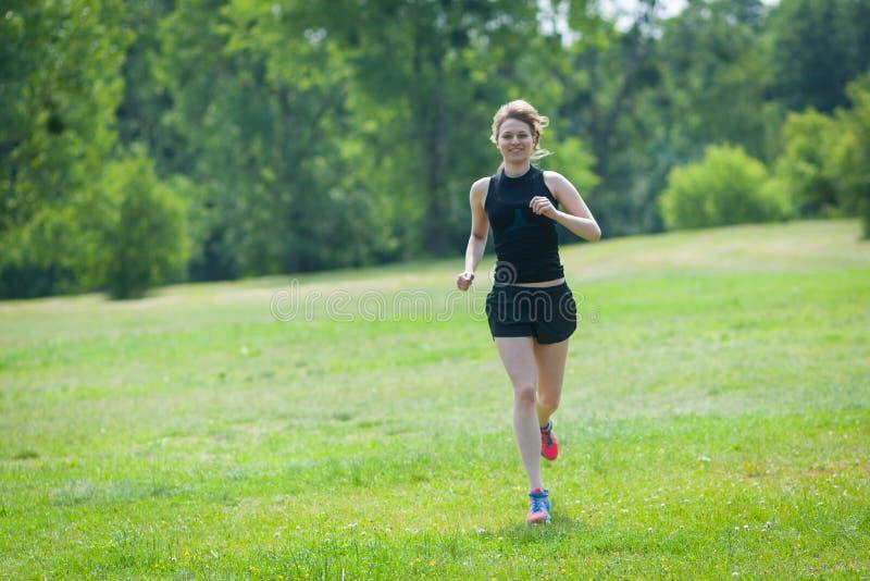 在公园的少妇奔跑 库存照片