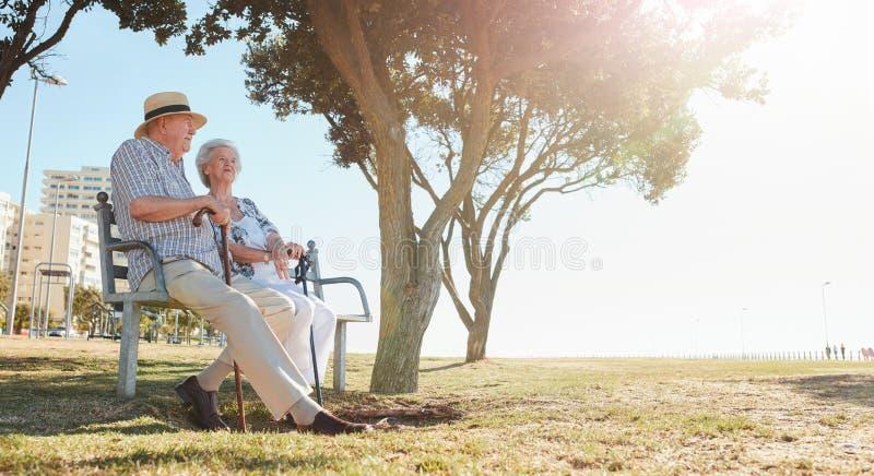 在公园的成熟夫妇在一个晴天 库存图片