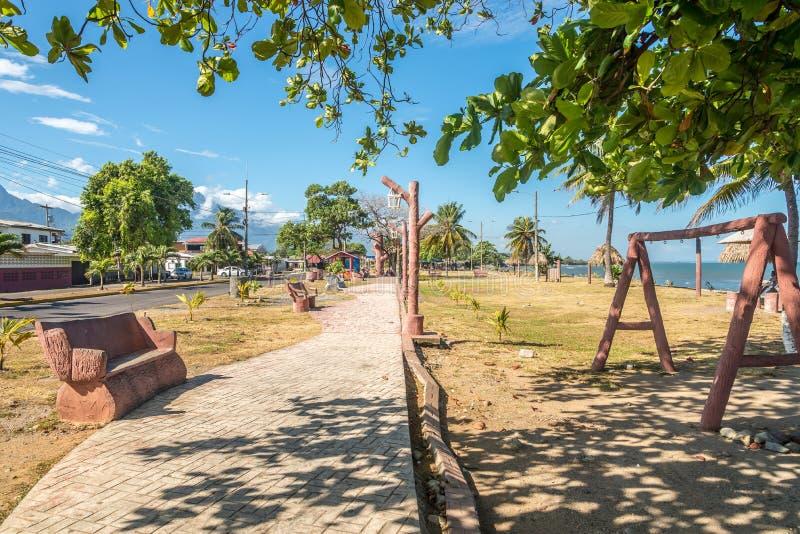 在公园的看法沿海的在La木棉镇在洪都拉斯 库存照片