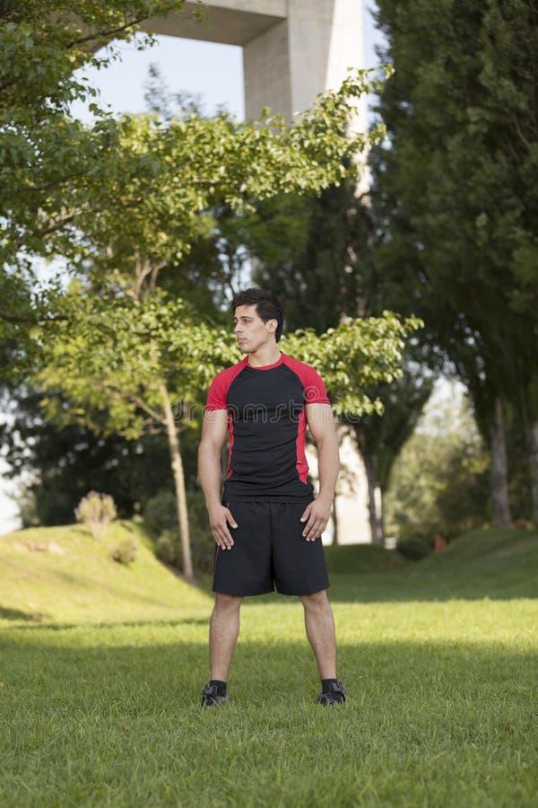 在公园的运动员男性 免版税库存图片