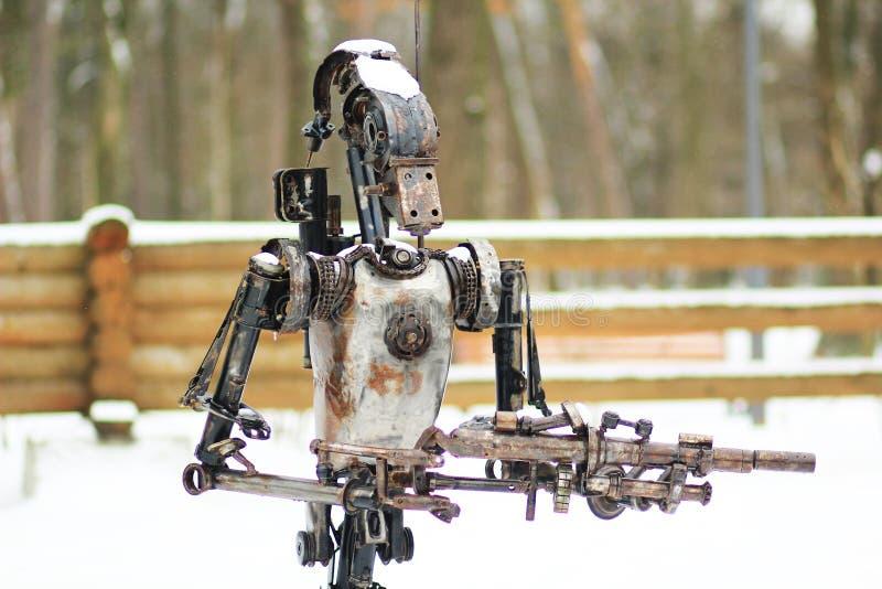 在公园金属化一个机器人的雕象 免版税库存照片