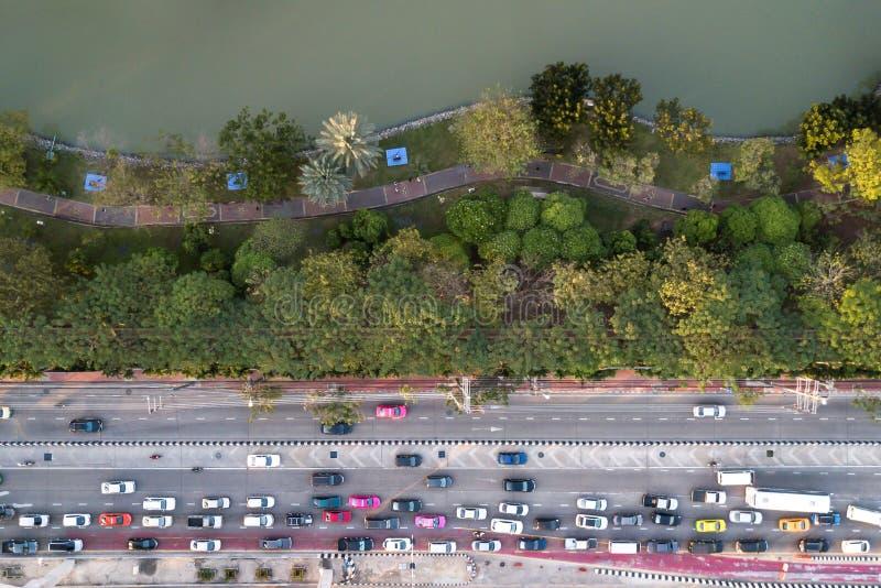 在公园附近的公路交通果酱鸟瞰图有人的ru 免版税图库摄影
