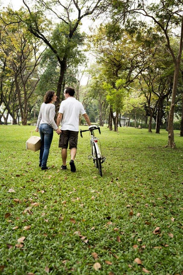在公园结合结合在一起使手和走 免版税图库摄影