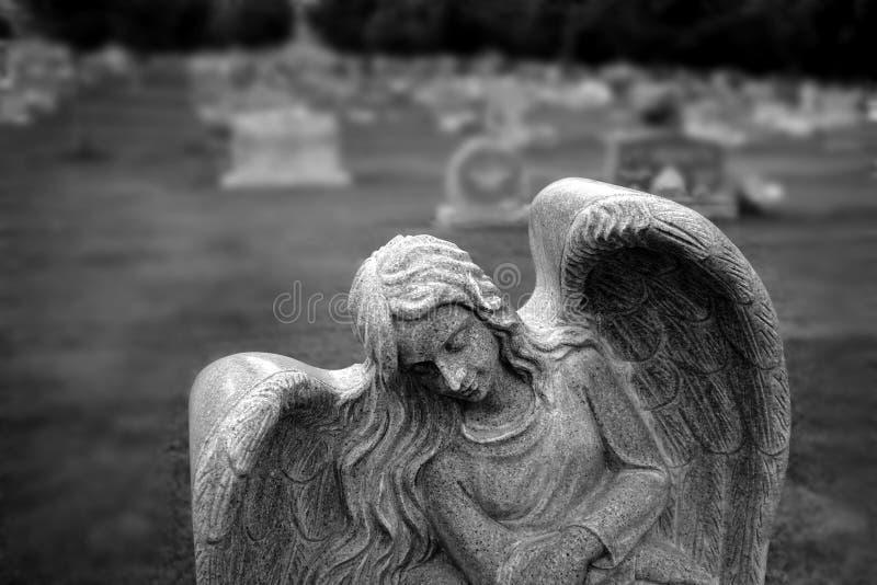 在公墓天使雕象的墓碑严重石头 免版税库存照片