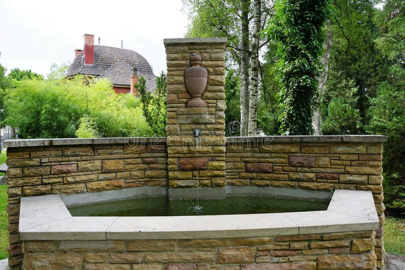 在公墓的喷泉由在tuttlingen的火葬场 免版税库存图片
