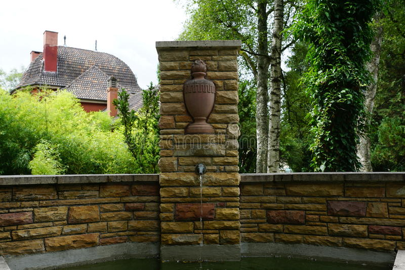 在公墓的喷泉由在tuttlingen的火葬场 免版税库存照片