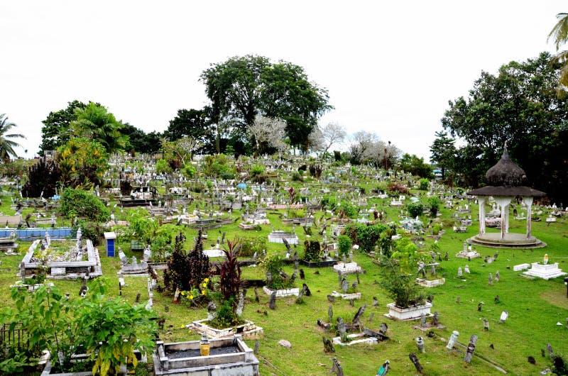 在公墓的回教伊斯兰教的坟墓墓碑在桃红色状态清真寺古晋马来西亚后 免版税库存照片