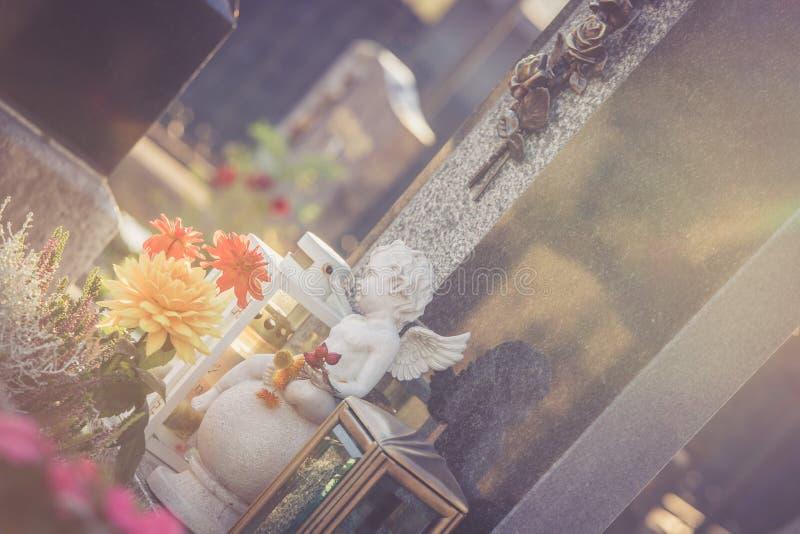 在公墓的大理石的白色天使,哀痛,阳光 图库摄影